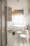 Blick in die Toilette mit Dusche