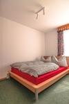 Blick ins Schlafzimmer mit Doppelbett